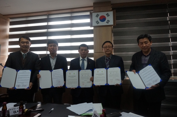 (사)한국쌀전업농충북도연합회는 지난 14일 증평군 쌀전업농충북도 사무실에서 제2차 이사회를 열고 쌀 생력재배를 위한 4개 업체와 업무 협약을 체결했다.